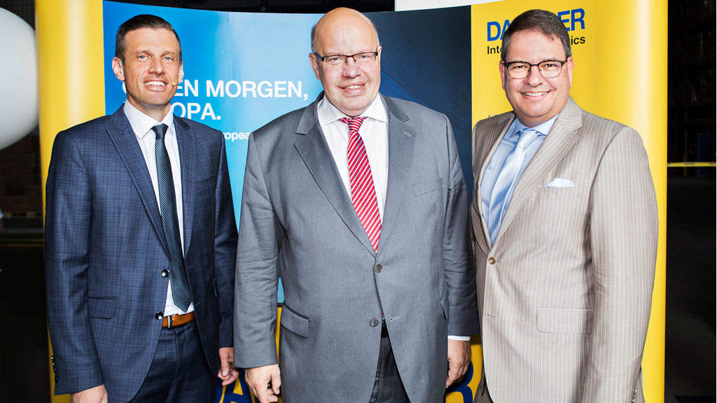 from left: Alexander Tonn, Managing Director European Logistics Germany at Dachser, Peter Altmaier, German Federal Minister for Economic Affairs and Energy and Oliver Wild, General Manager Dachser Logistikcenter Saarland.